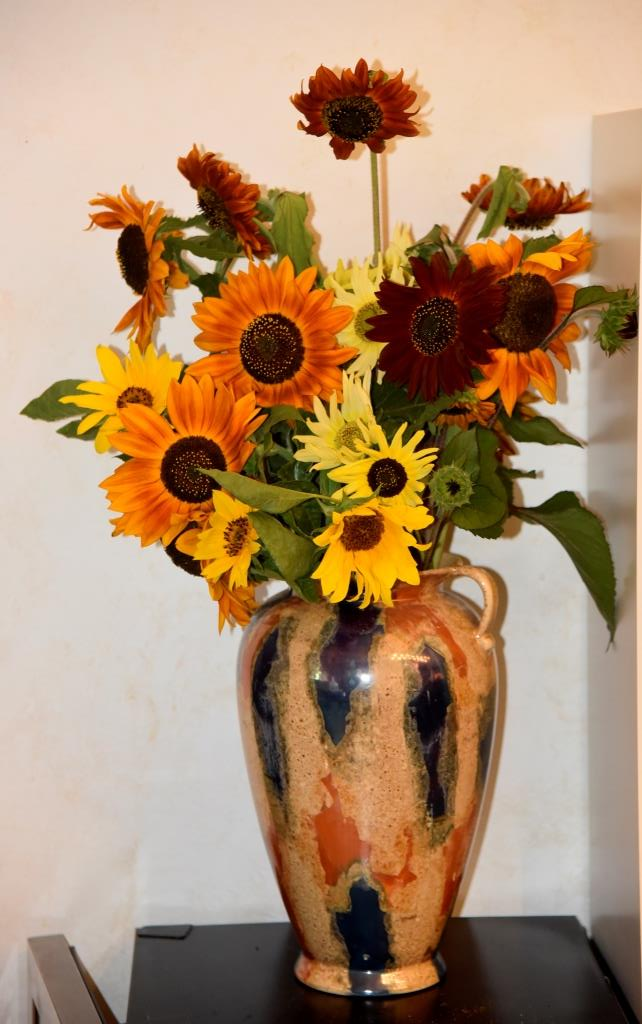Same vase as before (it's the only one suitable) filled with a mix of sunflowers